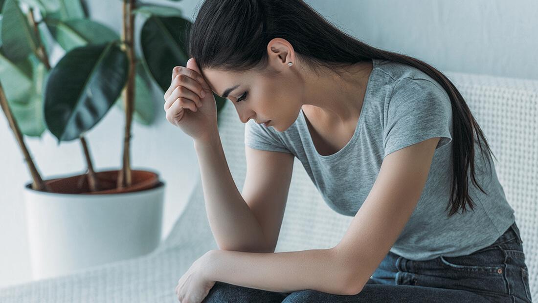mujer sentada triste