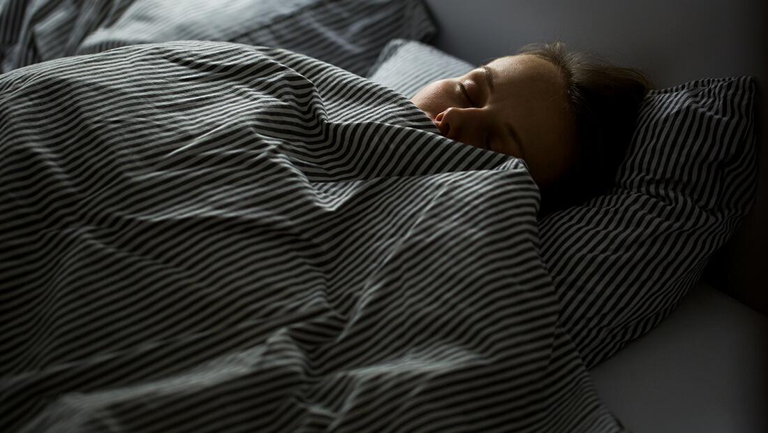 Persona acostada en la cama