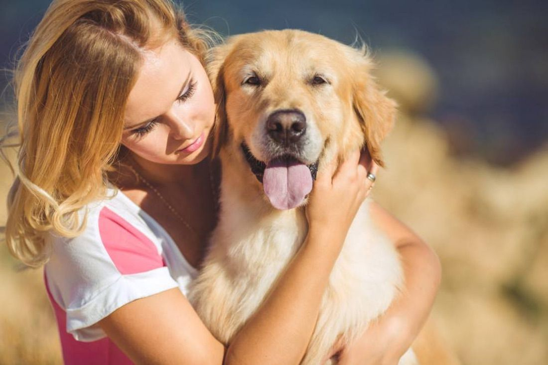 dueña abrazando a su perro