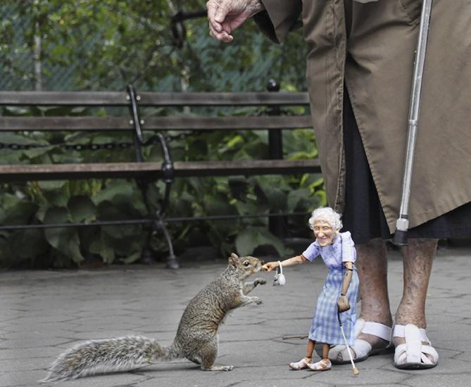 abuelita alimenta ardillas con una marioneta idéntica a ella