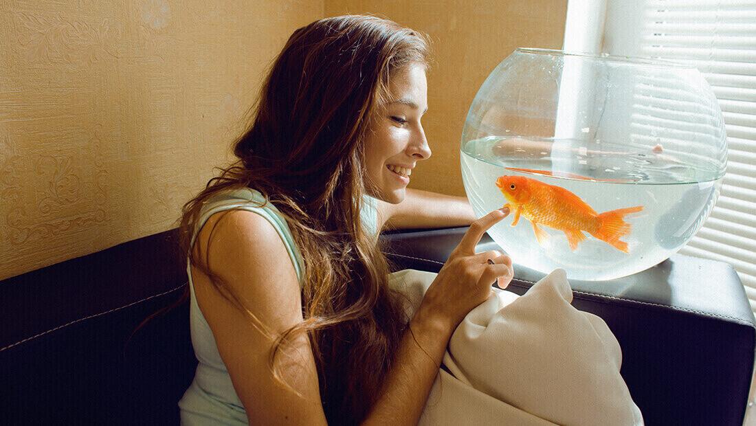 Mujer con un pez