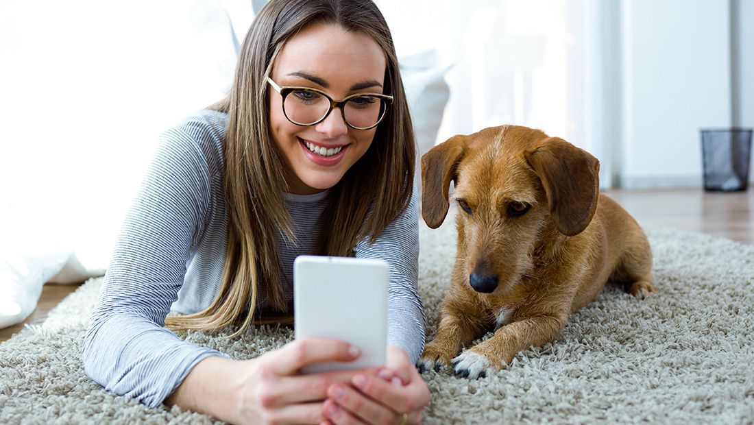 dueña con su perro tomándose selfies